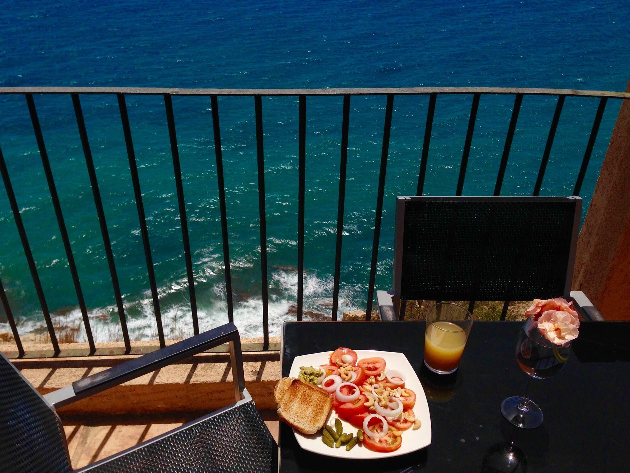 Este desayuno acantilado nos lo manda Jette Thomsen ☕ 🍩¿Cómo te lo montarías tú?...  #desayuno #PuebloAcantilado #PuebloAcantiladoSuites #ElCampello #Apartamentos #Resort #Suites #Vacaciones #Casasdecolores #CostaBlanca  #EsMediterraneo
