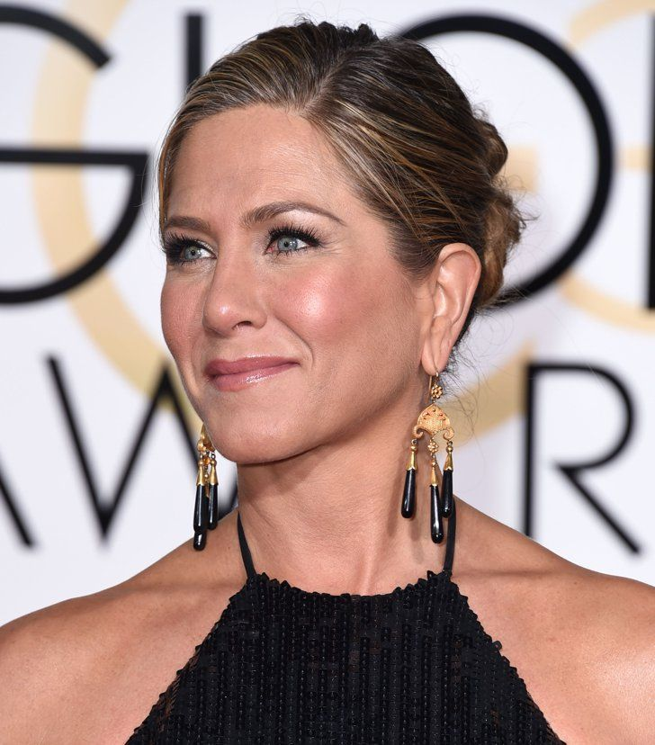 Best Shoes, Bags, and Jewels From the 2015 Golden Globes Pin for Later: The Best Shoes, Bags, and Jewels From the 2015 Golden Globes  Jennifer Aniston's Neil Lane gold and onyx chandelier earrings were the perfect jewels to drum up that halter neckline.