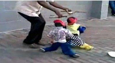 Marionetes dançarinos - Duplinha dá um show nas ruas do Zimbabué - AC Variedades