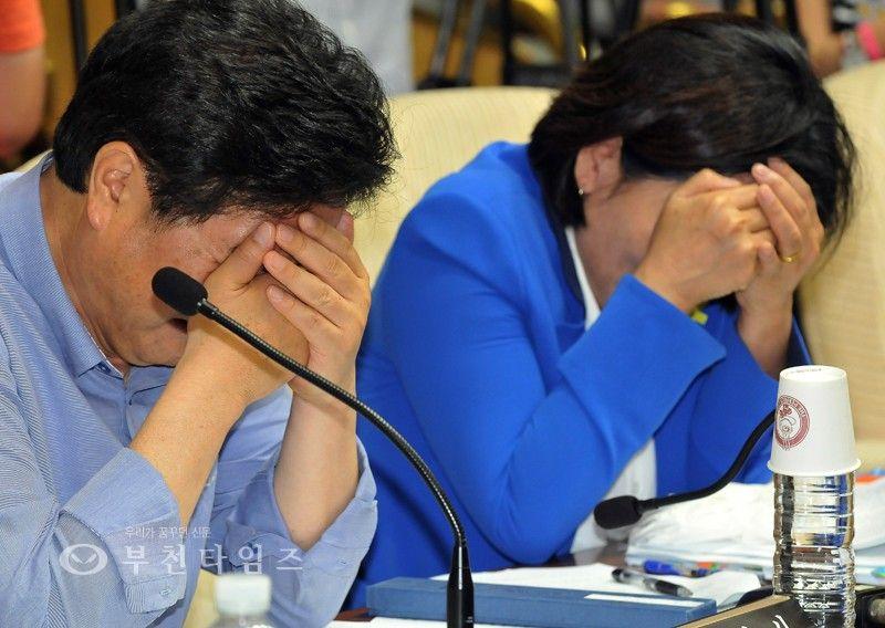 [생생포토]얼굴 감싸고 눈물 흘리는 최민희,우원식 의원 :: 부천타임즈