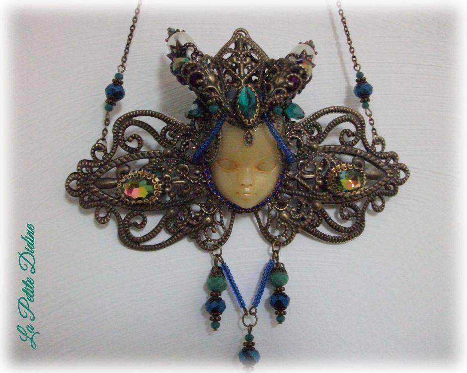 Collier art nouveau couleur paon avec visage et pierre