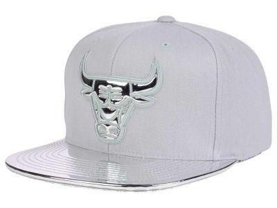 f3bfa7af748 Chicago Bulls Mitchell and Ness NBA Metallic Foil Snapback Cap ...