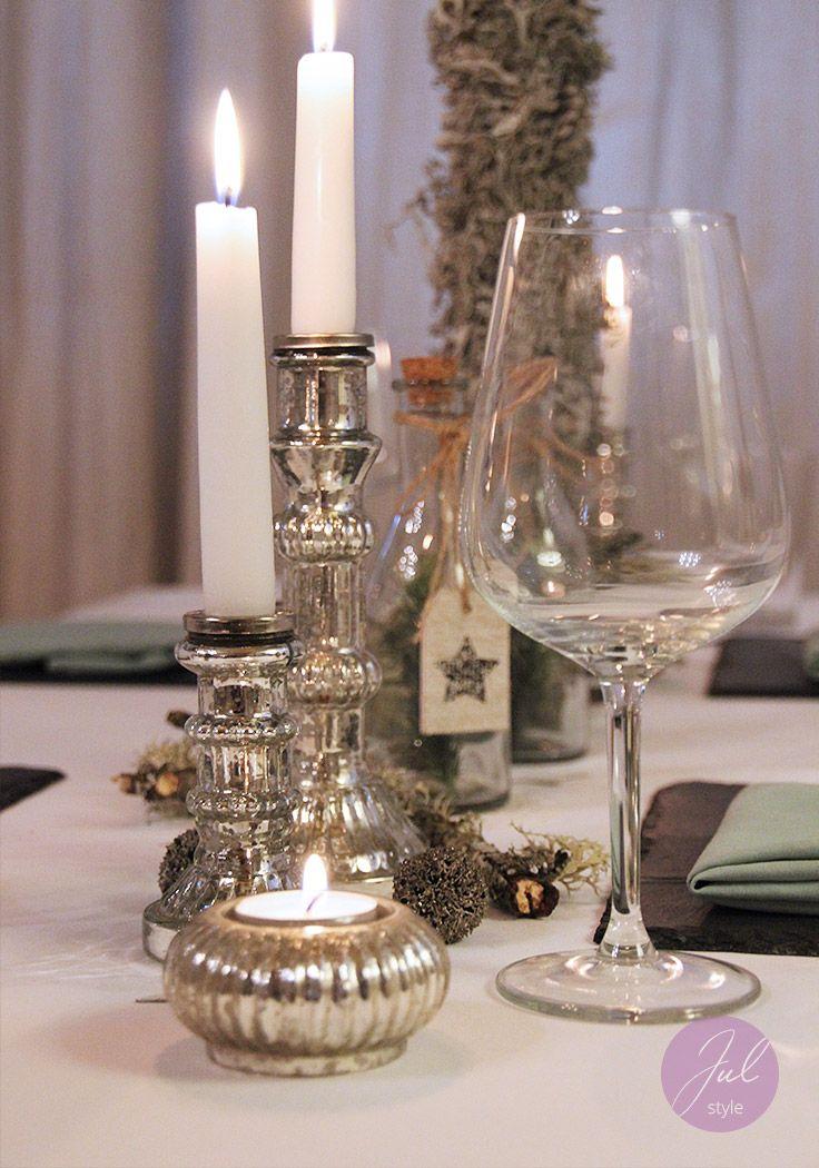 weihnachtliche tischdekoration mit einarmigen kerzenst ndern und eleganten teelichtern in silber. Black Bedroom Furniture Sets. Home Design Ideas