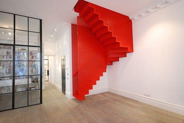 Esta escalera de color rojo se encuentra en una casa en Londres. Da la ilusión de estar suspendido del techo. #Design #Stairs #Architecture
