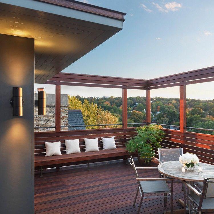 Balkon mit Sichtschutz, Bodenbelag und Gartenbank aus Bangkirai ...