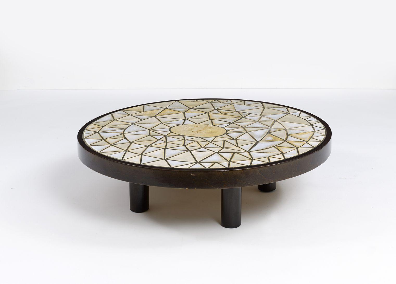 Roger Capron Table Basse Plateau En Carreaux De Ceramique Emaillee De Forme Triangulaire Orne D Un Visage Au Centre E Table Basse Ceramique Ceramique Emaillee