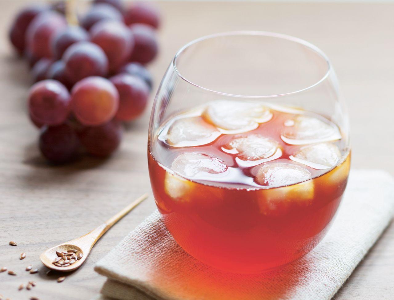 Le rooibos, un thé rouge d'Afrique du Sud connu pour ses vertus sur le sommeil, est associé ici au jus de raisin et aux graines de lin qui favorisent un bon transit et une bonne digestion, indispensables pour passer une bonne nuit !