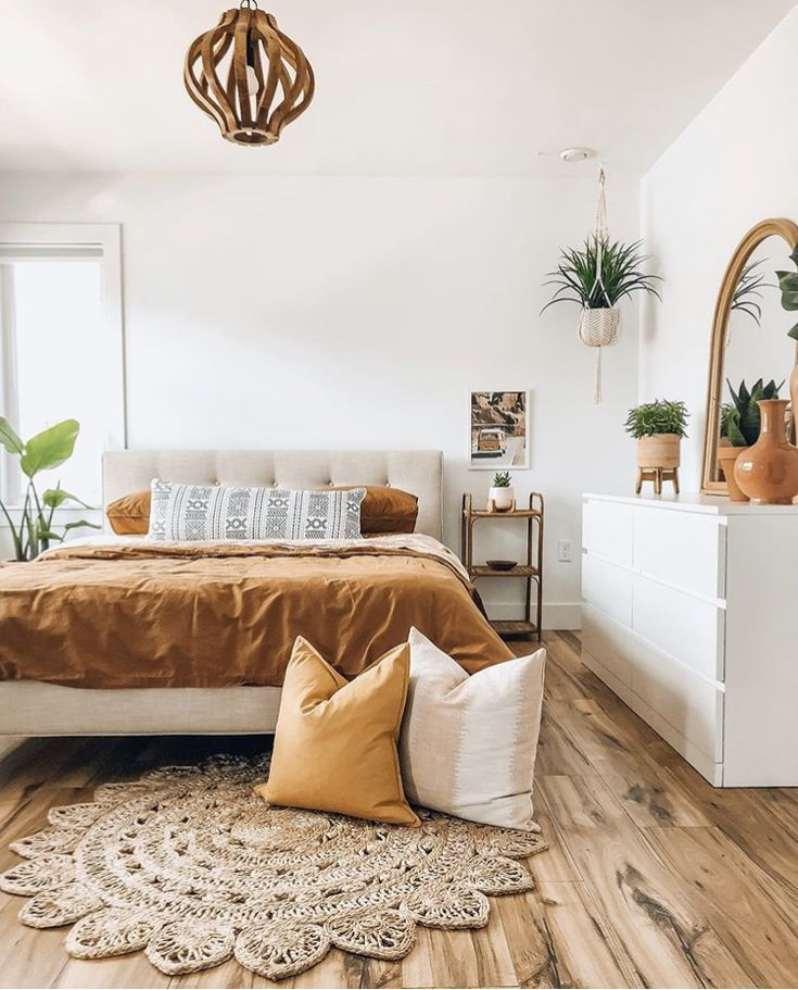 Perceftly cosy bedroom decor and throw pillow covers on the floow look so bohemi
