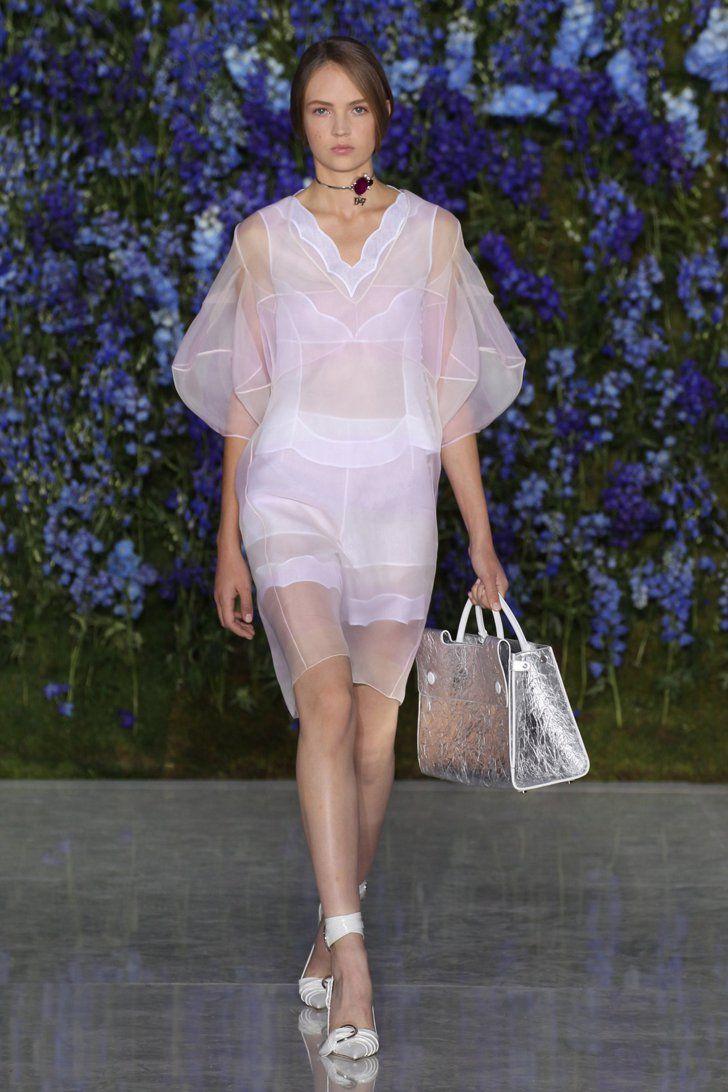 Pin for Later: Dior verzichtet im Frühjahr auf Blumen – und dann doch wieder nicht Dior Frühjahr/Sommer 2016 Paris Fashion Week