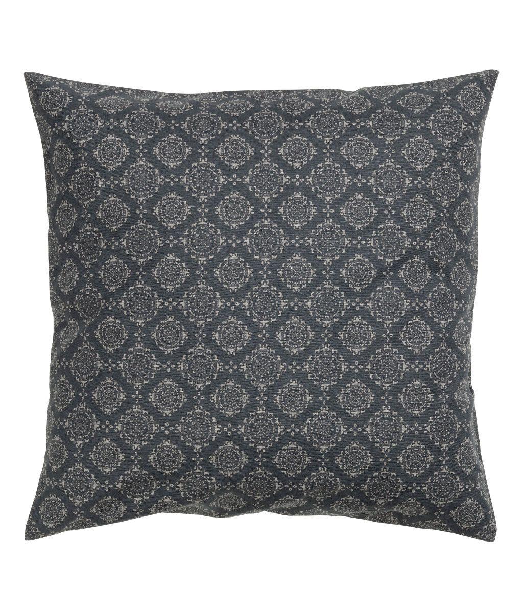 Antracitgrå. Pudebetræk i bomuldskvalitet med trykt mønster. Skjult lynlås.
