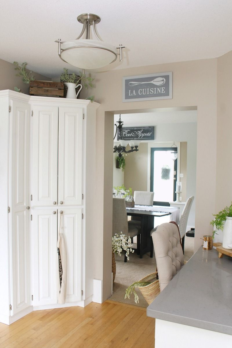 Summer kitchen decor ideas. Lots of simple ideas to refresh your home for summer! / #summerhometour #summerdecor #farmhousestyle #whitekitchen