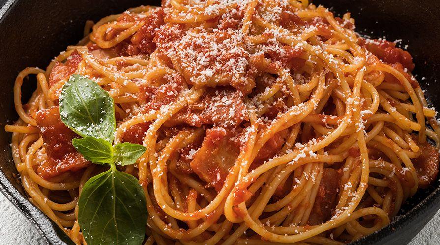Il suo nome incaciata o 'ncaciata deriva dall'abbondante formaggio utilizzato per condirla. è uno dei piatti più tipici della cucina siciliana e ricorre sp
