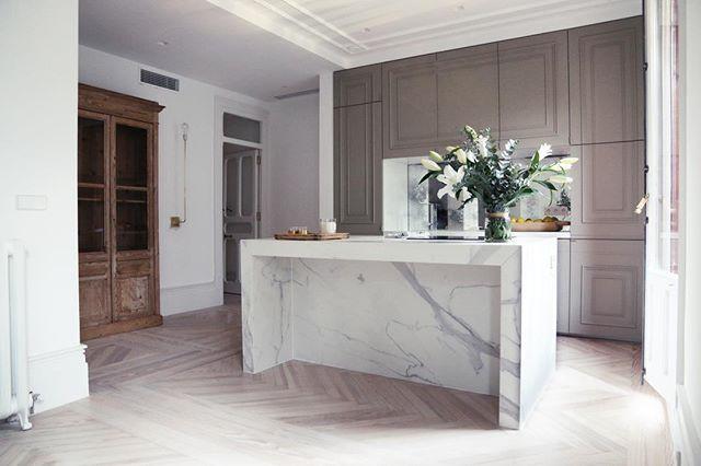 WEBSTA @ trisleodomecq - • k i t c h e n •#newproject #tristandomecqinteriorismo #kitchen #kitchendesign #deco #decoracion #interiordesign #interiors #interiorstyle #interiorstyling #cozy #cozyhome #decadence #arch #architecture #art #arte #interiores #neolith #goodmorning #buenosdias #picoftheday