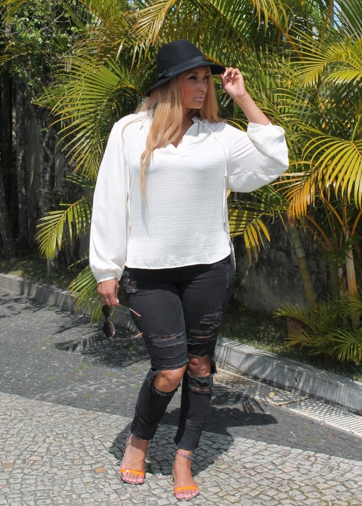 FAB AND LUXURY CURVES | CASUAL SIGHTINGS | Happy Sunday!   Today I'm sharing some beautiful sightings on the blog! I needed a casual outfit to climb the sugarloaf mountain, ooh yess I'm in Rio de Janeiro and this is what I wore!    I'm so in love with my ripped jeans, let's see if you will like it too?   Follow this blog with Facebook: www.facebook.com/fabandluxury or behind the scenes on Instagram @fabluxurycurves   http://www.fabandluxury.com