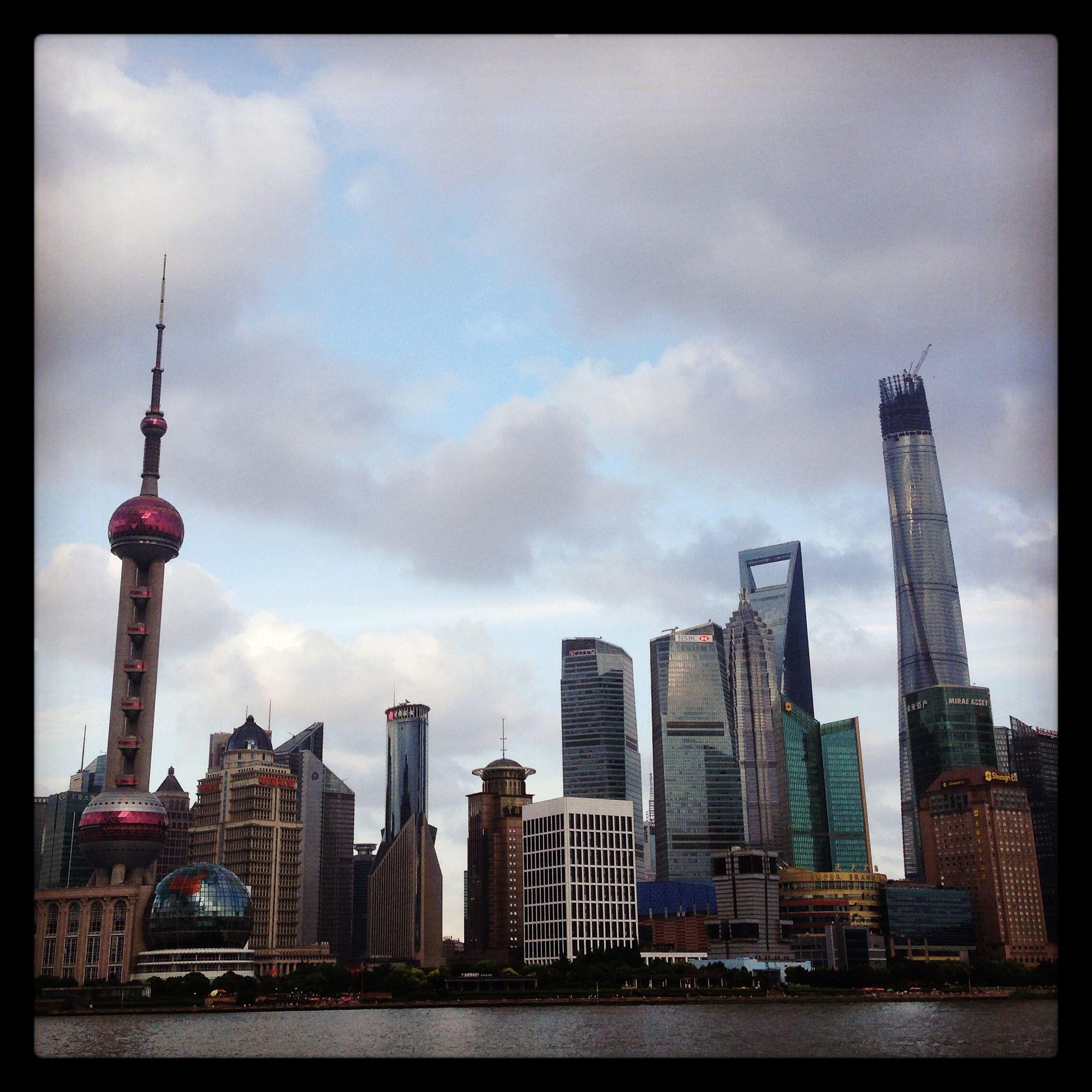 Shanghai - Distrito Financeiro de Pudong - Shanghai Tower em final de construção a direita da foto.