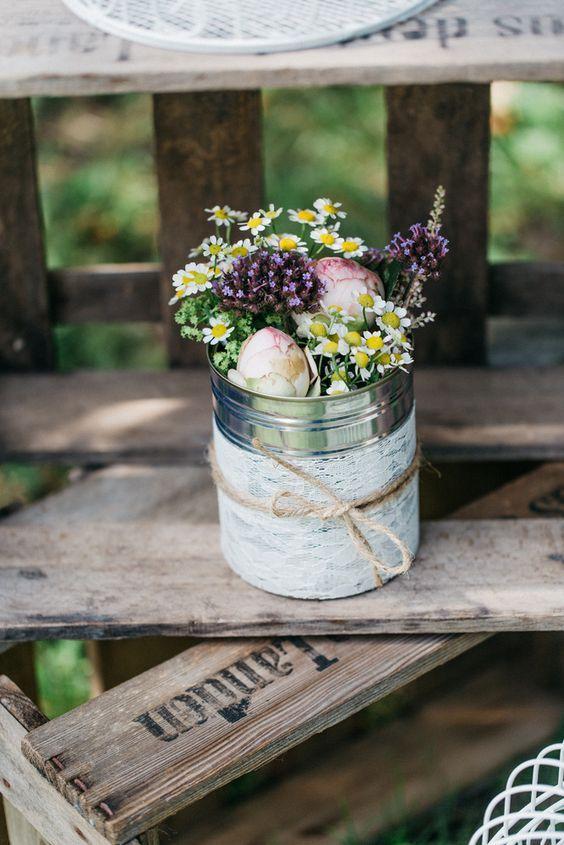DIY  Des petits vases de fleurs avec des botes de