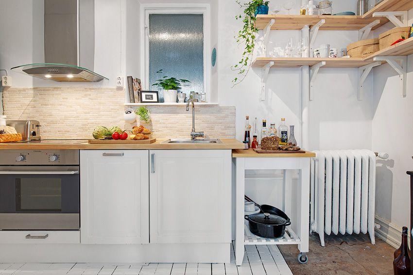 【瑞典 11 坪簡約風小公寓】喜歡小坪數的家,又害怕廚房的油煙味四溢嗎?這間由瑞典房仲 Alvhem Mäkleri & Interiör 所提供的房屋中,屋主運用透明拉門,讓小空間不會因為隔間造成壓迫感,也讓你在開心烹調之餘,不用擔心房屋內充滿油煙。