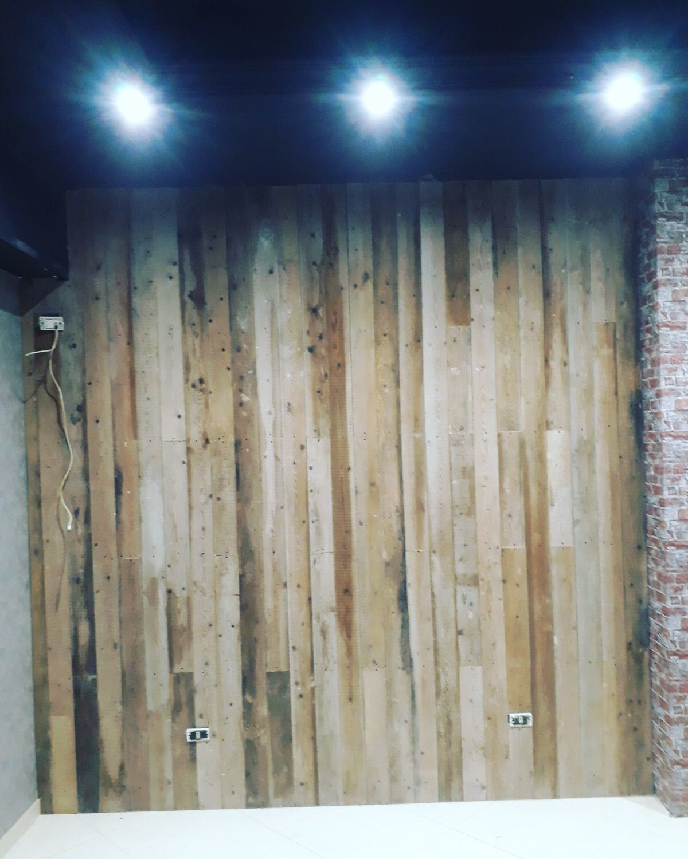 Rivestimenti In Legno Da Parete rivestimento di parete in legno con tavole di carpenteria