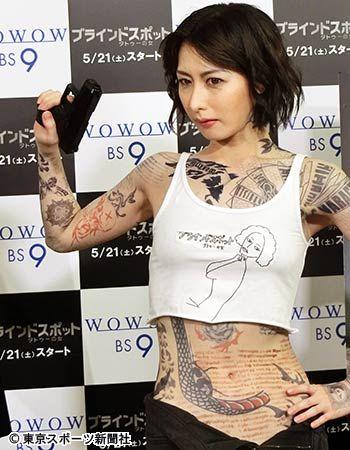 全身タトゥー姿でポーズをとる鳥居みゆき