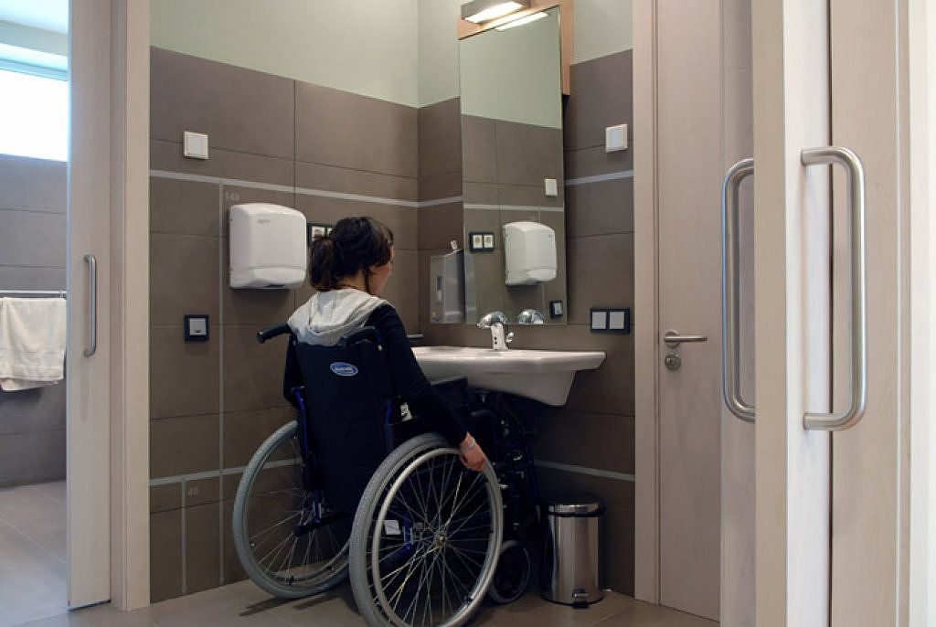Diseno de ba o para discapacitados de asistencia integral for Bano de discapacitados