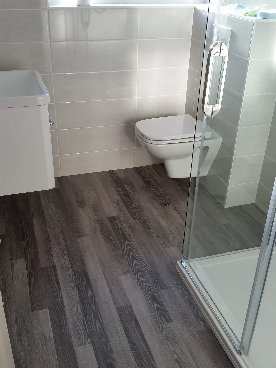 How To Choose The Right Bathroom Floor Tile Ideas For Various Designs Houseminds Wood Tile Bathroom Vinyl Flooring Bathroom Bathroom Vinyl