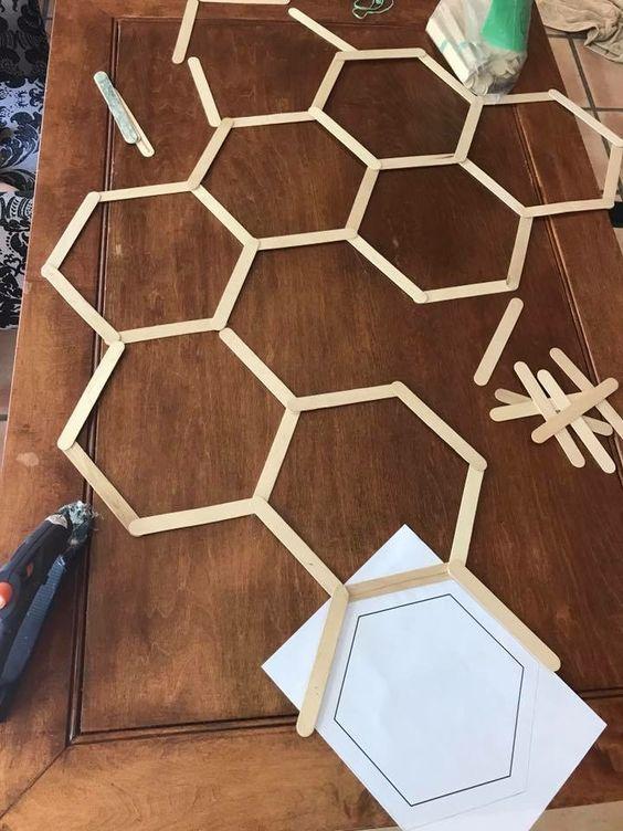 diy winnie the pooh honeycomb hintergrund fur kindergeburtstagsfeier - Wood Design #popciclesticks