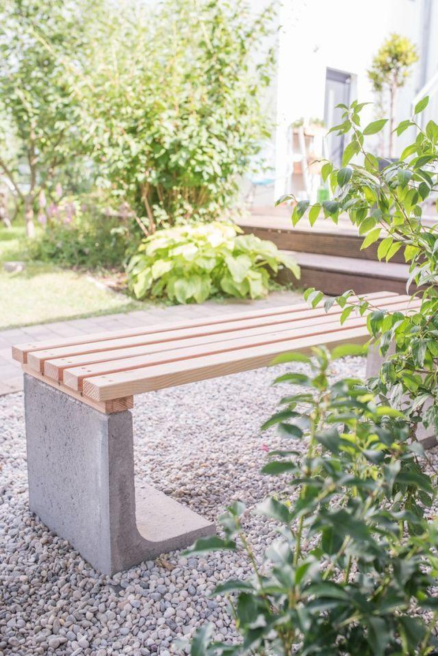 In den Gabionenzaun können Sie eine Bank für den Garten einbauen