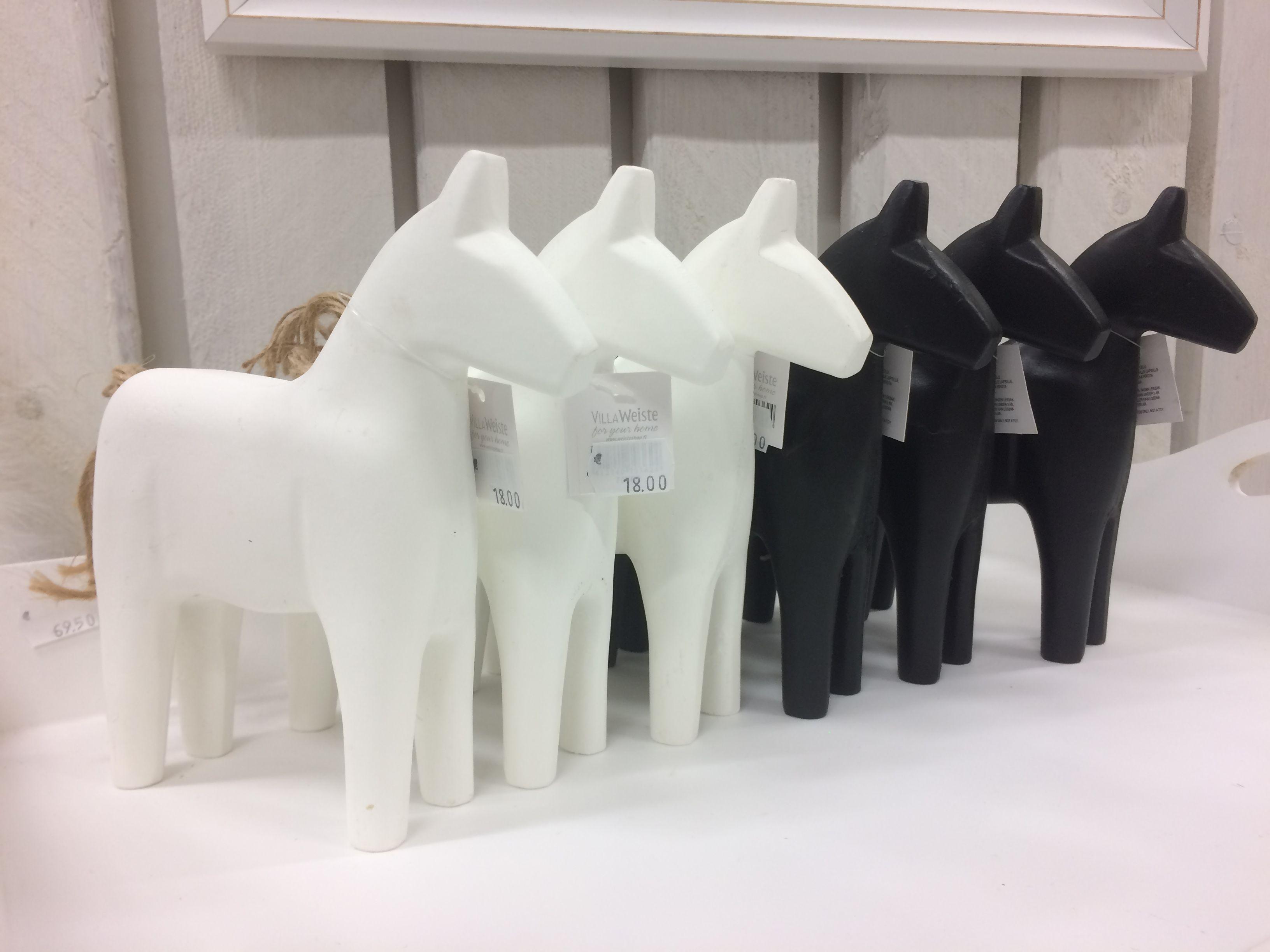 Näyttäviä puisia hevosia sisustukseen.
