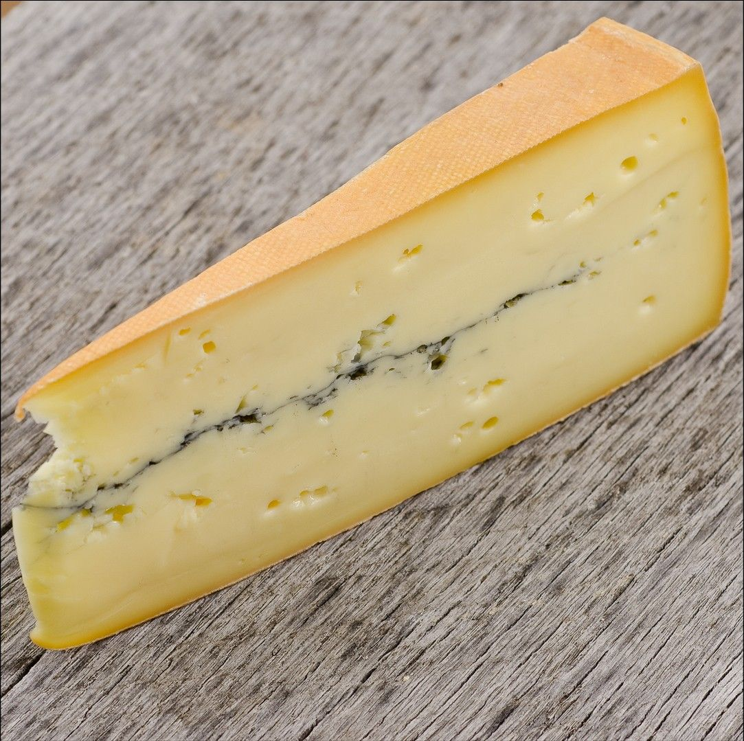 Morbier French Cheese // region : Franche Comté // milk : cow // (queso frances, fromage aop)