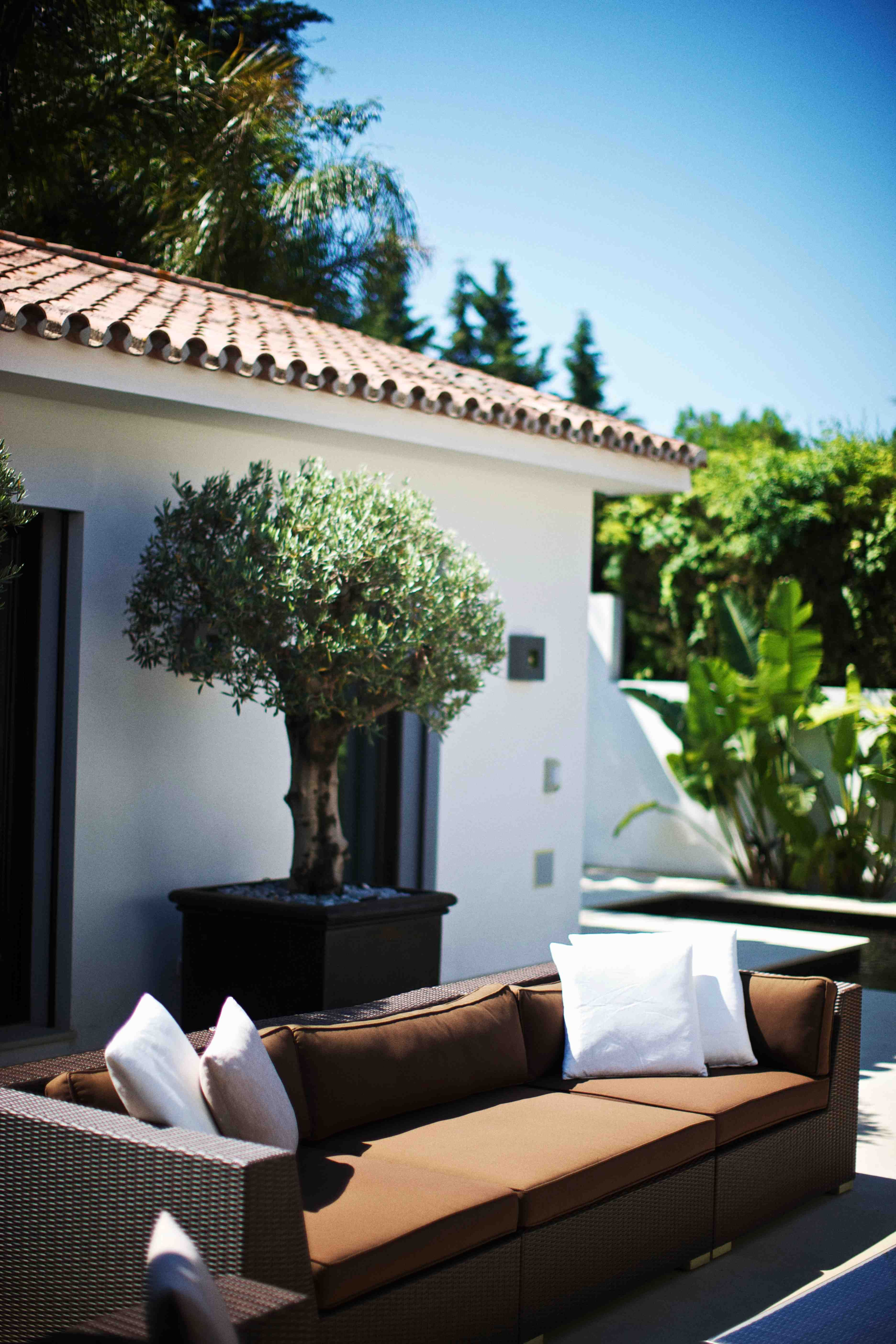 Spain private residence photo 39 s by paul barbera for Divano in spagnolo