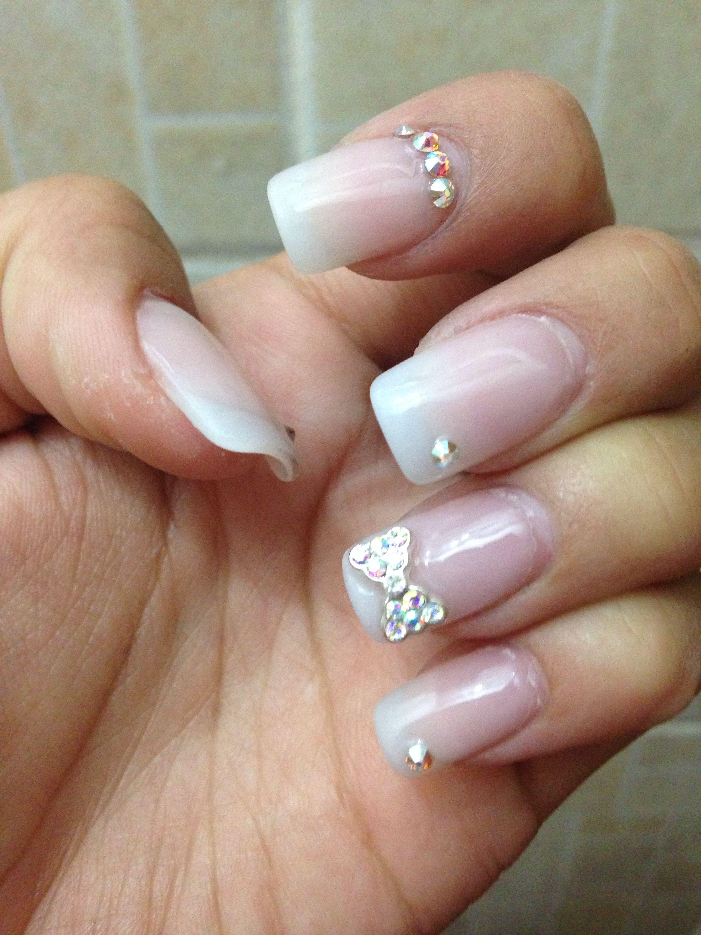 Uñas con moño de diamantes