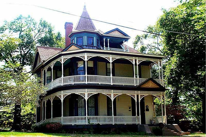 This Historical Home Is Symmetrically Arranged With The Queen Anne Features Of Decorative Gables Dormers And A Victorian Homes Brenham Victorian Style Homes