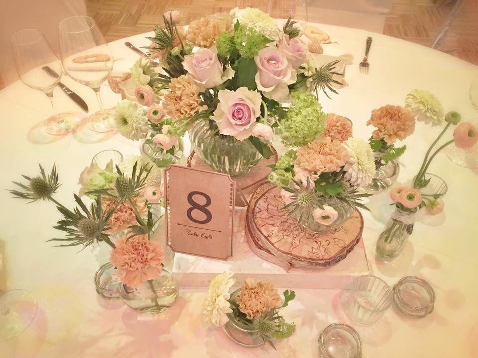 Tischdekoration mit ranunkeln nelken disteln rosen und gef llte gerbera tischdeko pinterest - Tischdekoration mit rosen ...