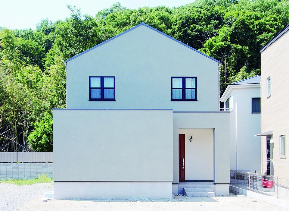 シンプルですっきりとした印象の外観 グレーの外観 三角屋根 外観