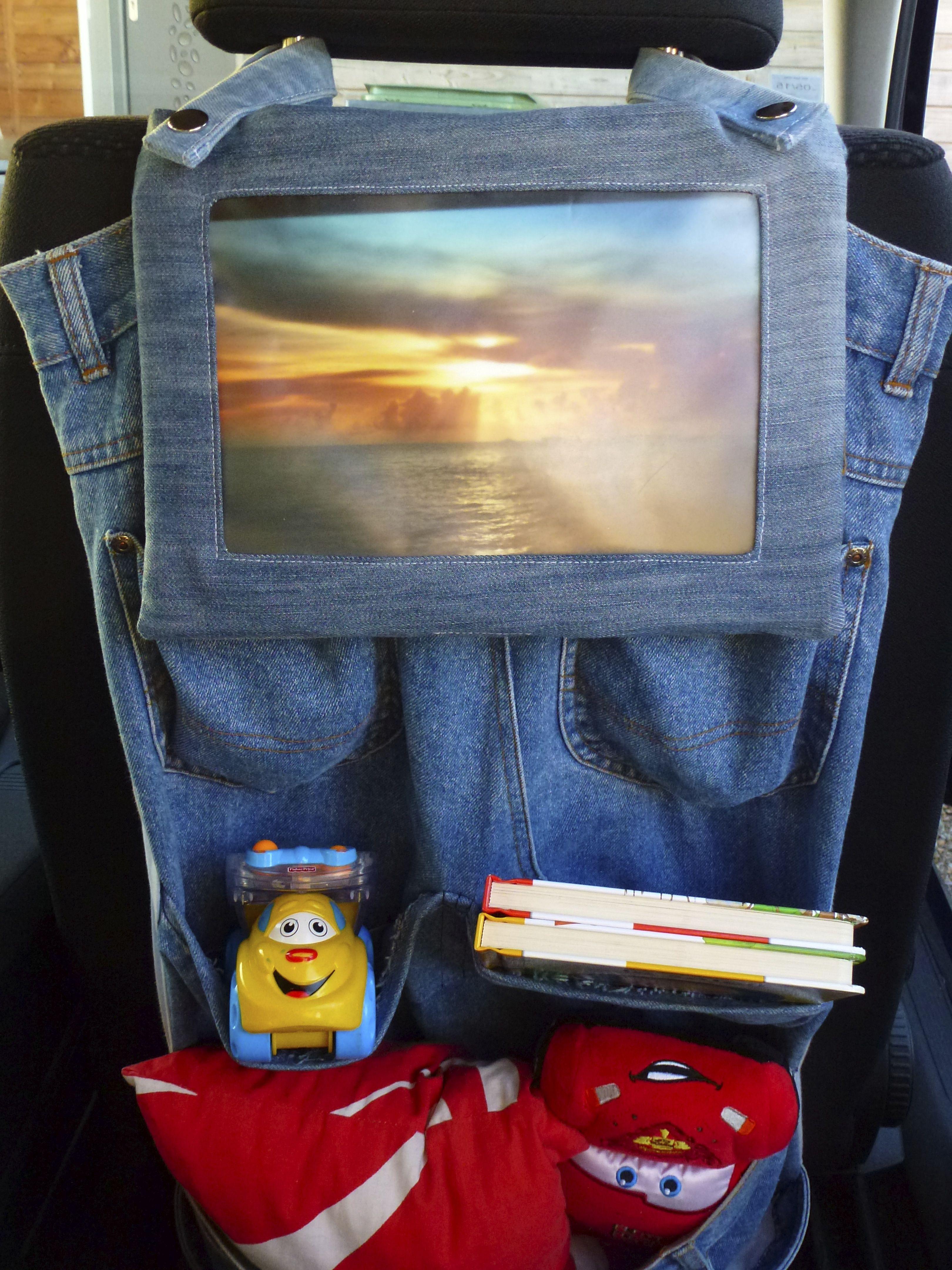 Voyagez tranquille! Grâce à la pochette de transport et de protection, on peut fixer la tablette à l'appui-tête de la voiture. Récup' de vieux jeans, doublé d'un imprimé coton.