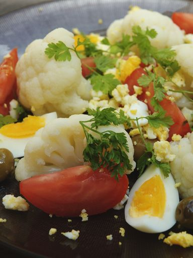 Salade de chou-fleur aux oeufs   Recette   Salade chou fleur, Salade de chou et Recette salade ...