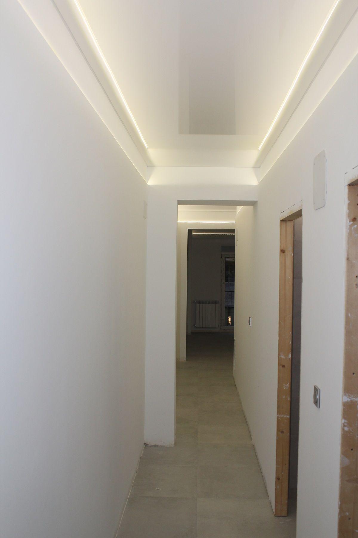 Techos tensados PVC de un pasillo colocar luces para