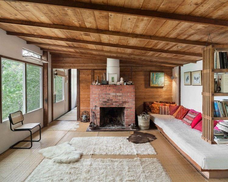 Holzdecke, roter Backsteinkamin und Fellteppiche | Landhaus Ideen ...