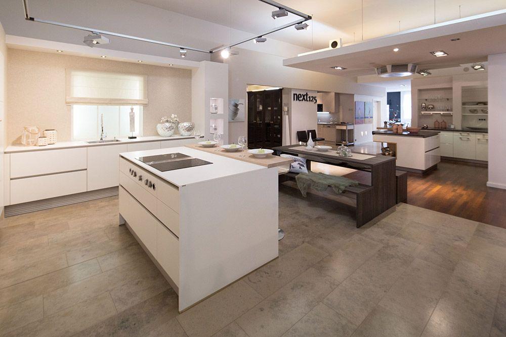 Küche Weiß Grifflos mit BORA Professional Muldenlüftersysteme - schüller küchen arbeitsplatten