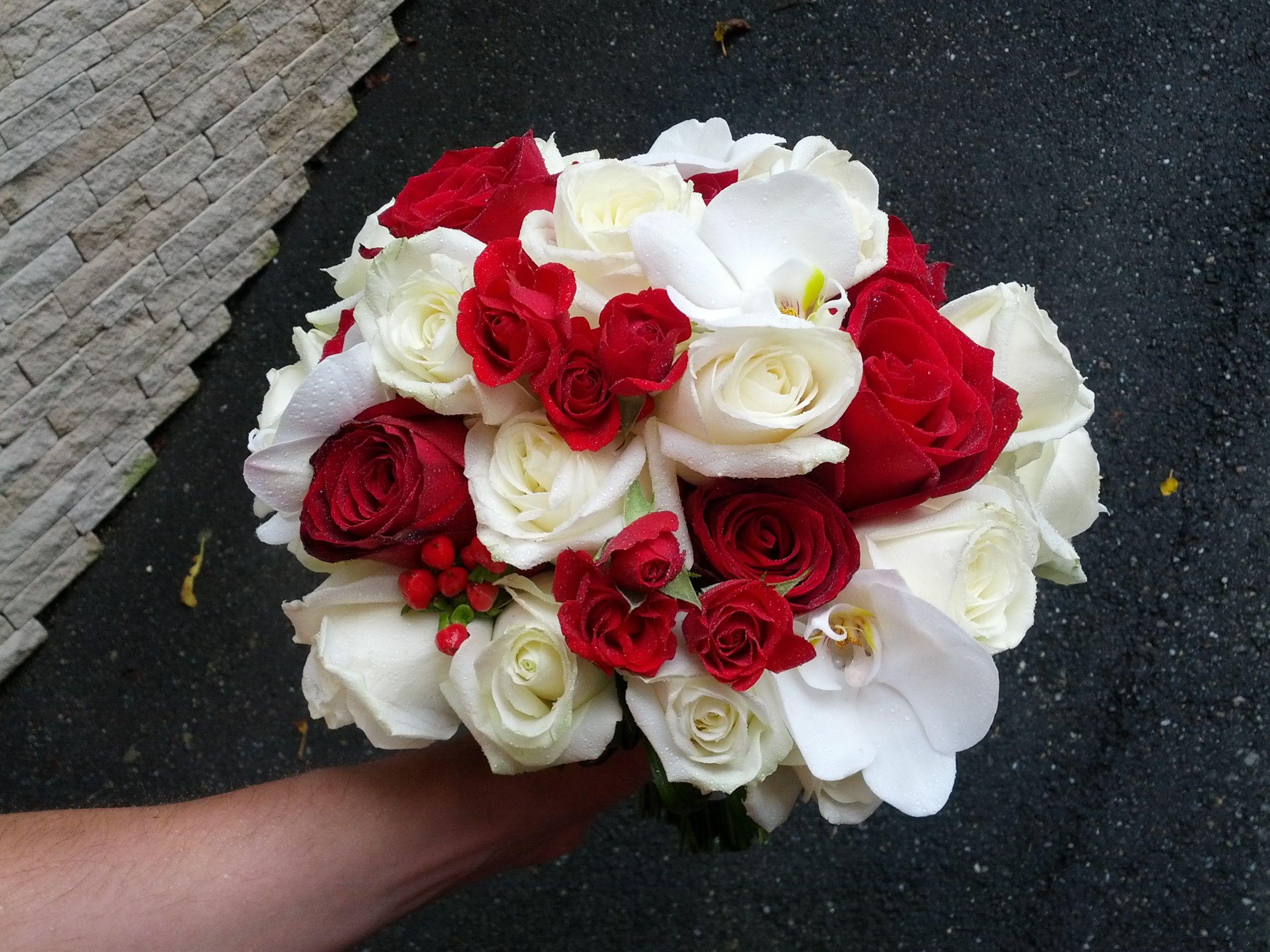 Buchet De Mireasa Cu Trandafiri Albi Rosii Si Orhidee Phalenopsis