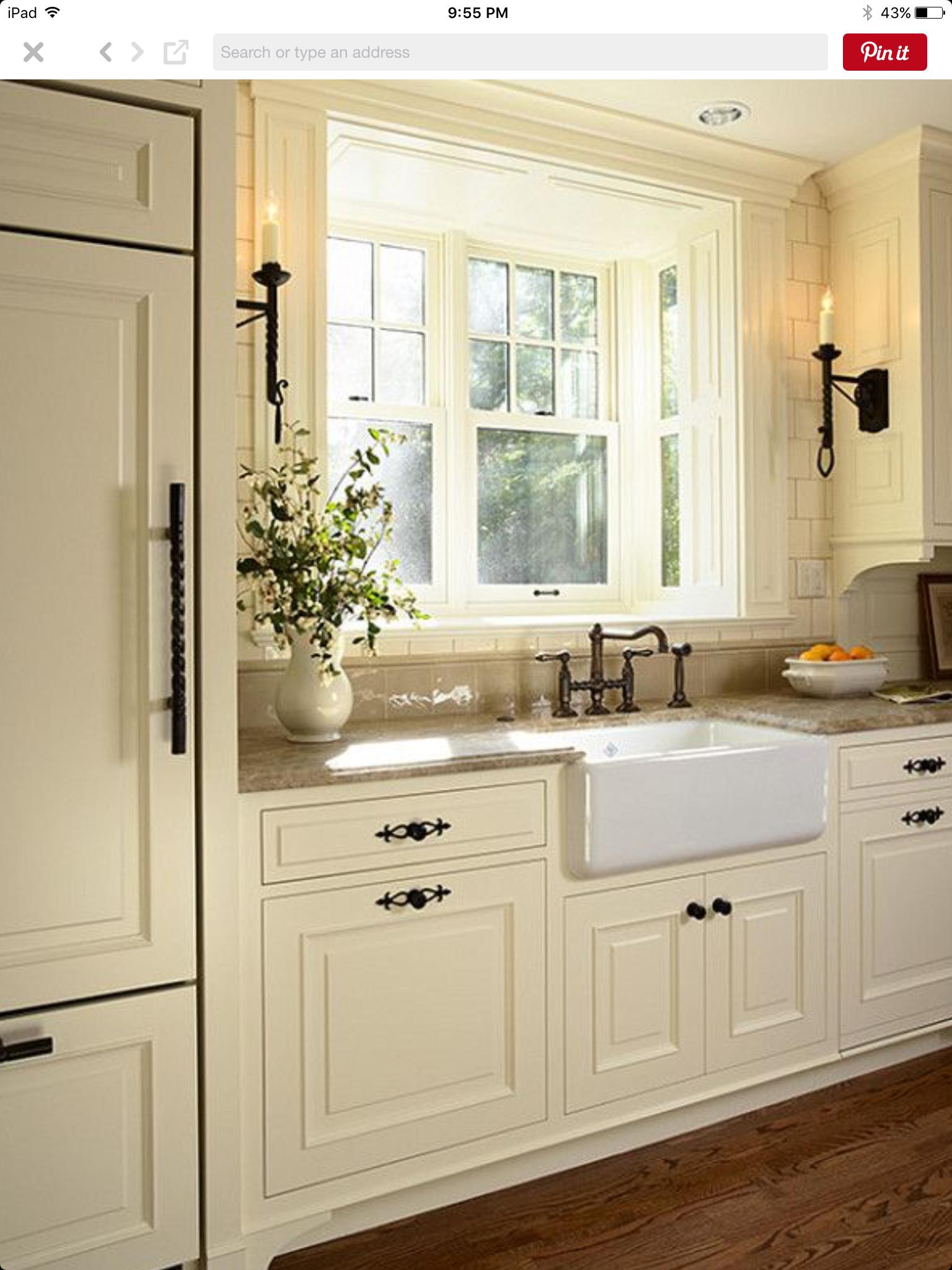 Definitivamente Aqui Aproveitar A Ideia Como Esta As Pegas Dos Armarios De C Rustic Farmhouse Kitchen Farmhouse Kitchen Cabinets Kitchen Cabinet Design