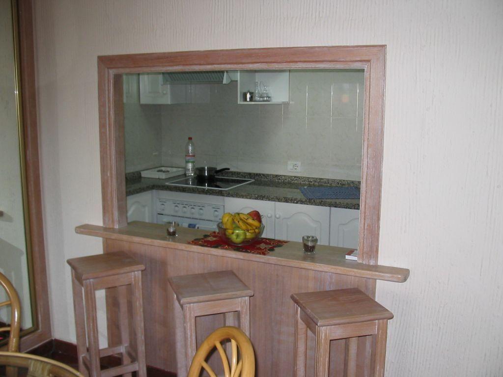 Durchreiche zur Küche - mit theke. Umrahmt mit Stein und granit