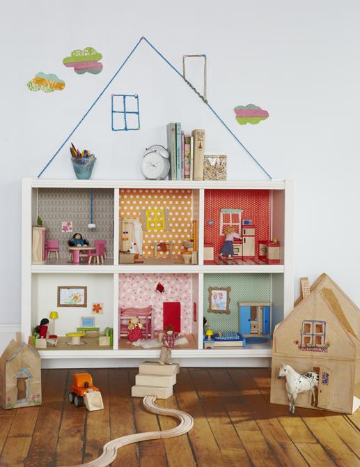 Original casa de bonecas feita com nichos na parede e o tecido ou papel de parede ao fundo define cada cômodo. ,