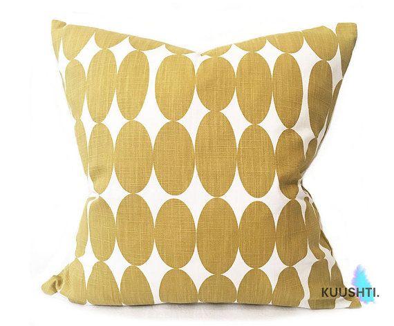 KUUSHTI ------------ Moutarde jaune coussin, dans un design scandinave contemporain, simple. « Vilma » - moutarde 18 x 18   45 x 45cm Fait main à l'ordre et zippée Comprend un polyester intérieur - livré dans une boîte ! 100 % coton - belle qualité de designer Convient pour toutes les chambres de la maison pour la décoration ou comme un cadeau de crémaillère ! Aussi disponible : Tissu p/m : https://www.etsy.com/uk/listing/452552856 Exemples : https://www.etsy.com/uk/listing/452552856 Rid...
