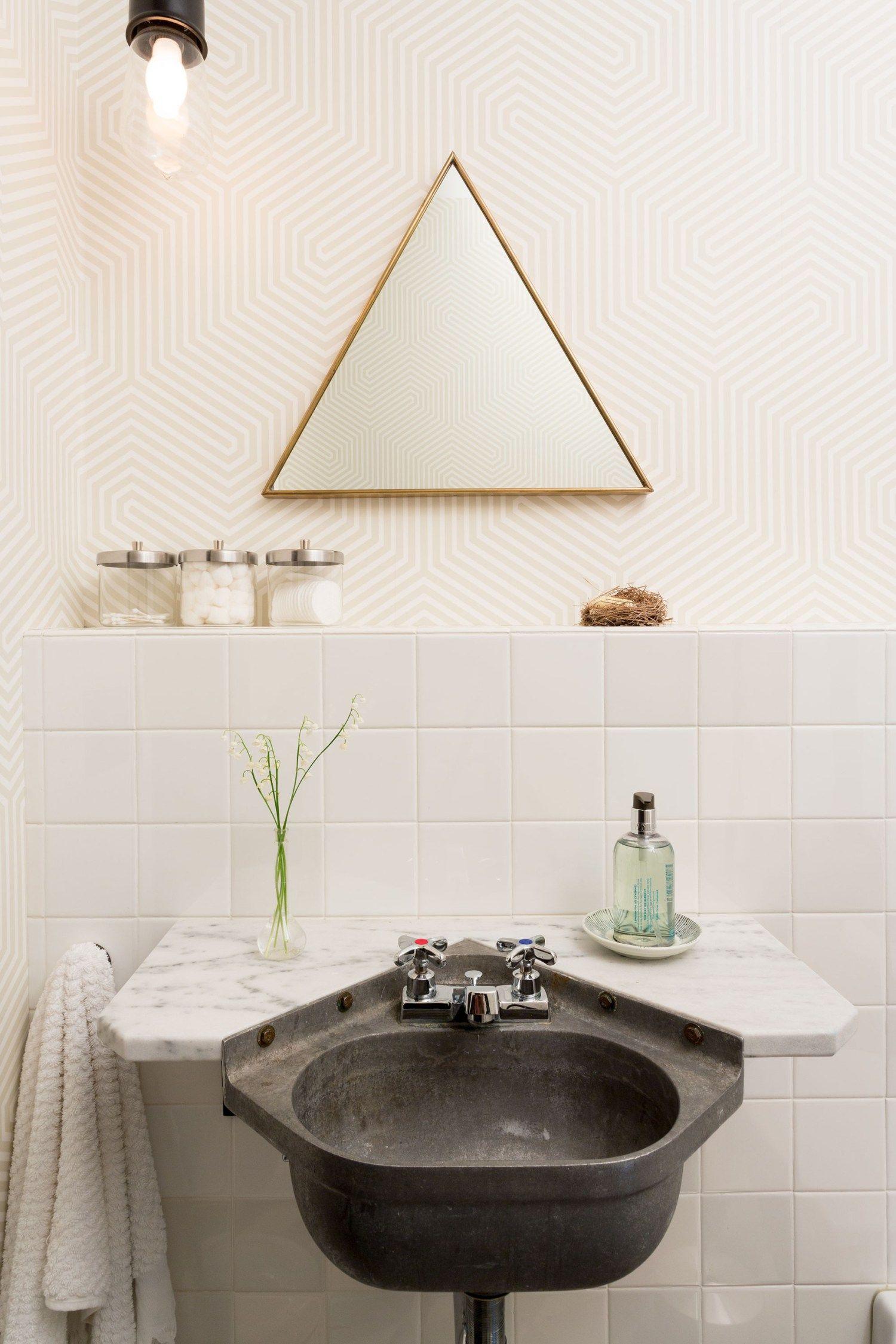 Modernes Badezimmer Mit Industrial Einflüssen Und Geometrischen Accessoires.