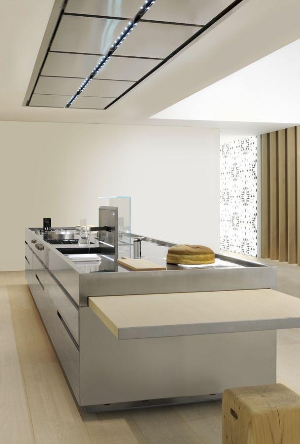 Cocina modelo Convivium, de Arclinea. Con campana a techo, una gran ...