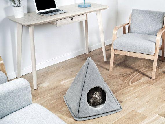 Pirámide de la casa del animal doméstico. Cama de gato hecha de lino ...