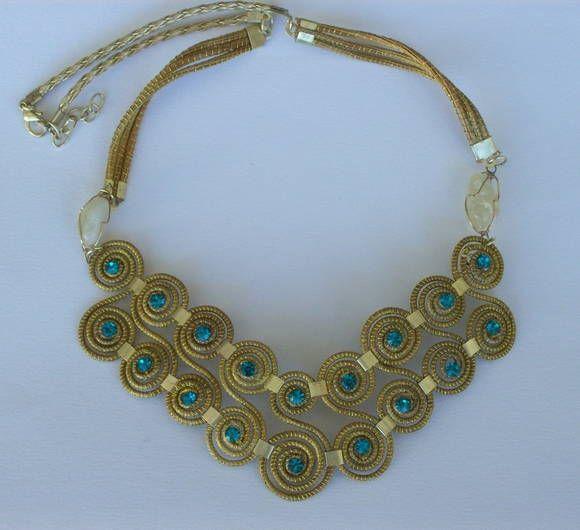 colar de capim dourado  com detalhes em strass azul. R$ 40,00