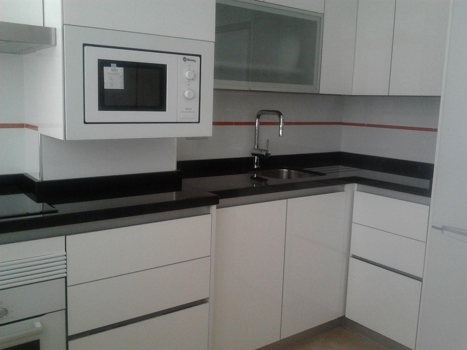 diseo de cocina con muebles sin tirador encimera granito negro