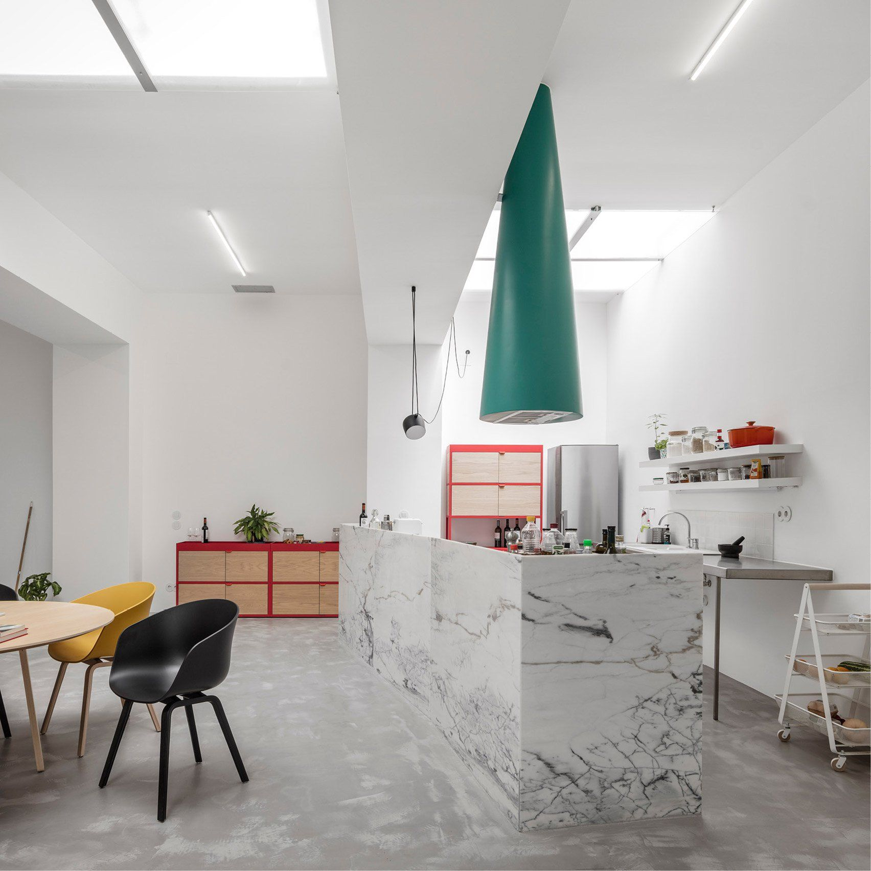 Garage house Lisbon by Fala Atelier   Fala atelier, Deco interieur ...